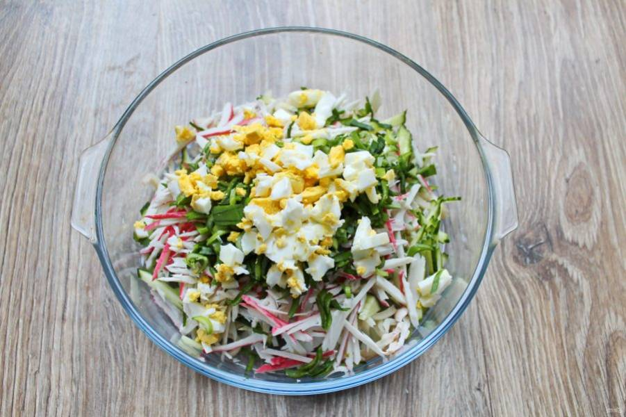 Яйцо очистите и порежьте, добавьте в салат.