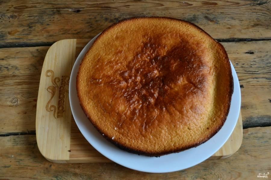 Первый бисквитный корж готов. Самое время приготовить второй точно так же, как готовили первый.