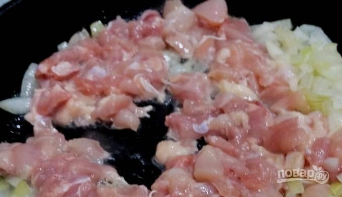Лук отправьте жариться в масле. Спустя 2-3 минуты добавьте к нему филе. Жарьте ингредиенты до готовности.