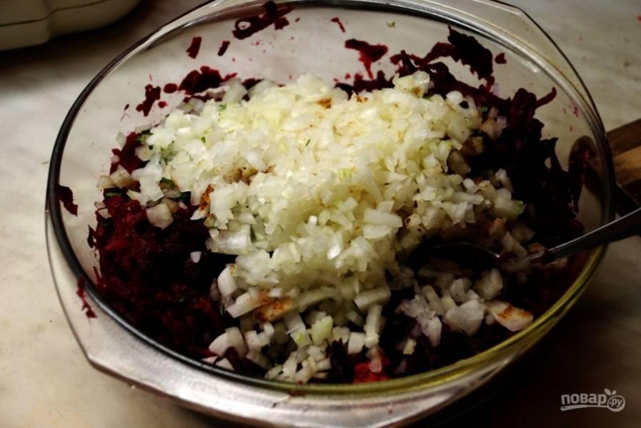 7.В миску перекладываю натертую свеклу, к ней добавляю зелень, перетертые ягоды кизила, лук.