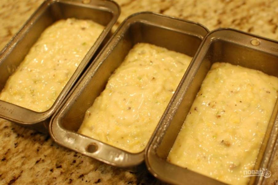 6.Перемешайте тесто. Смажьте форму для выпечки, вылейте тесто. Выпекайте кекс в разогретой до 180 градусов духовке 35-50 минут.