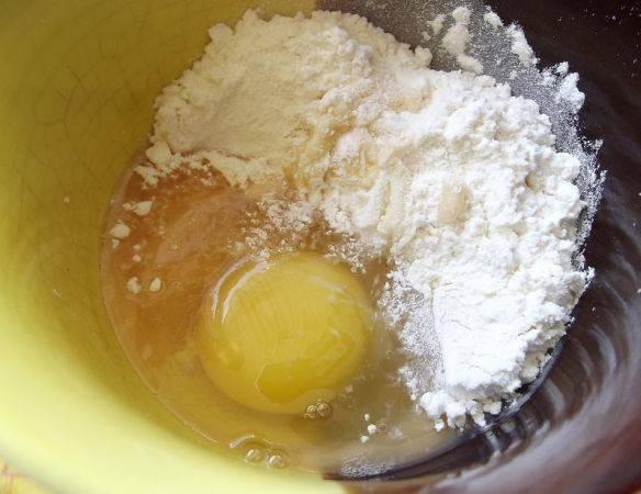 Гуляш мы будем делать с клецками и сейчас самое время их приготовить. Для теста смешаем яйца, щепотку соли и муку.