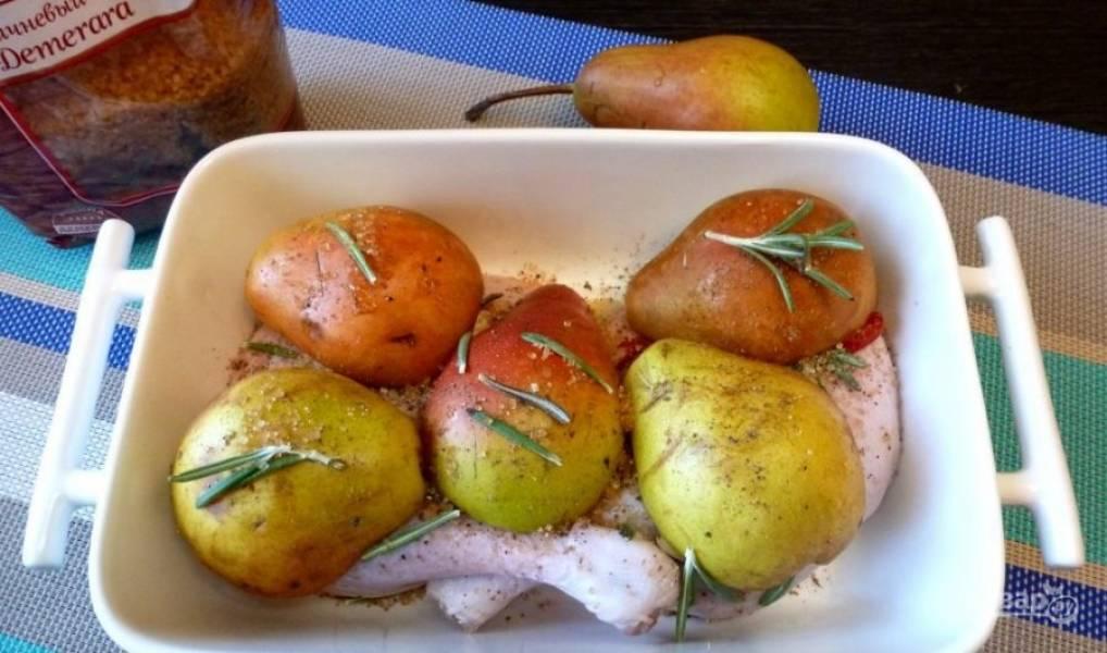 Половинки груш положите на утку. Добавьте ещё немного соли и розмарина.