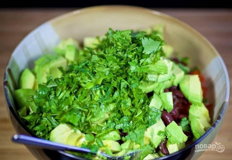 4. Измельчите кинзу, добавьте её в салат.