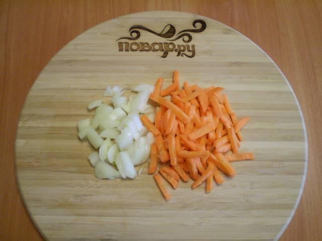 3. Лук и морковь порежьте небольшими кусочками.