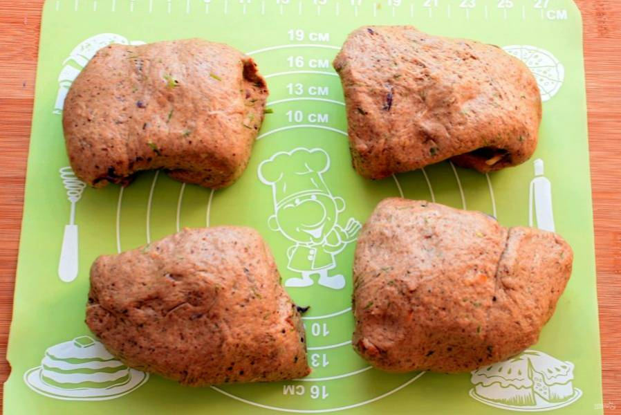 Готовое тесто выложите на доску, обомните и разделите на четыре части.