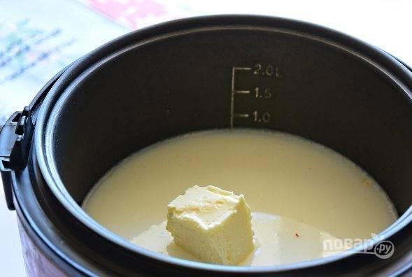 """4. Выложите в чашу кусочек сливочного масла и установите программу """"Молочная каша"""" на 10 минут."""