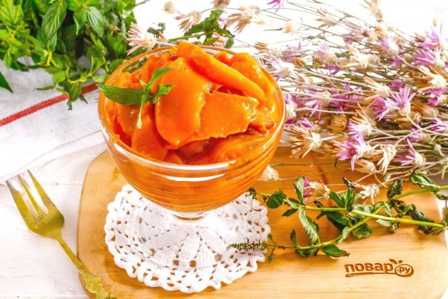 Выложите персиковое варенье из мультиварки в креманку или пиалу и подайте к столу со сладкой выпечкой, тостами, теплым, свежеиспеченным хлебом.