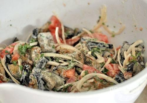 7. Добавьте в овощи майонез, подавайте к столу.