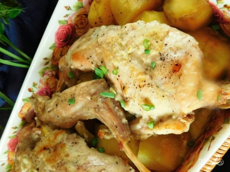 Выпекайте мясо в зараннее разогретой до 200 градусов духовке в течение полутора часов.