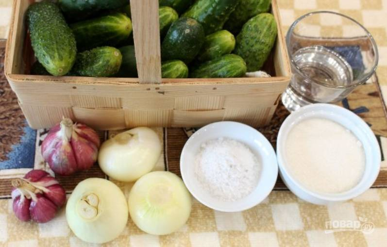 Подготовьте необходимые ингредиенты. Огурцы тщательно промойте под холодной водой.