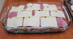 На ветчину выложите кусочки сыра.