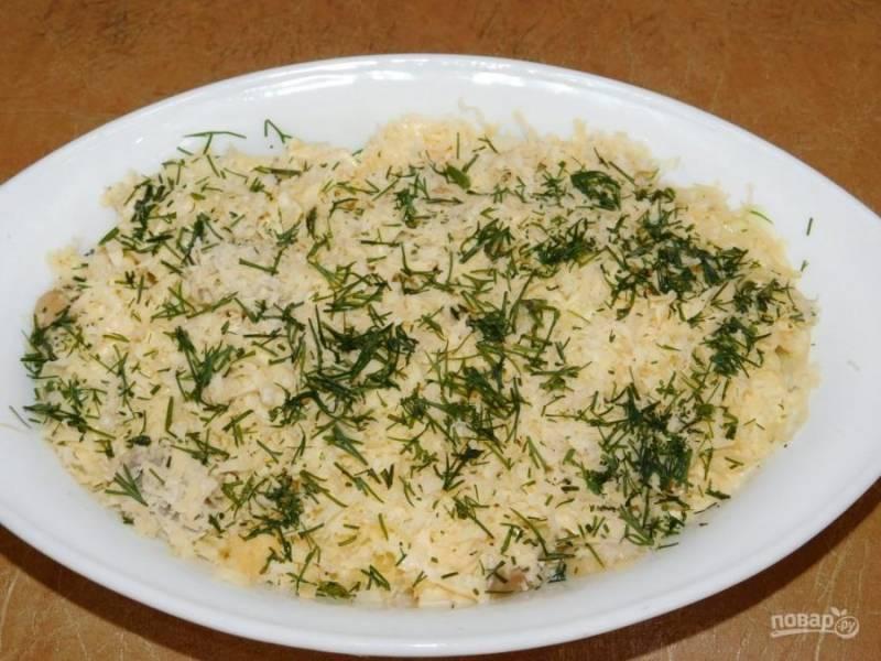 Залейте яичной смесью картофель с грибами. Посыпьте оставшимся сыром и зеленью. Поставьте в духовку, разогретую до 200 градусов и запекайте в течение 30-40 минут.
