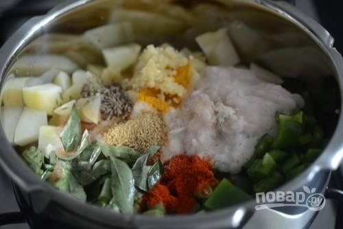 5. Посолите, добавьте специи, измельченный в пасту чеснок и имбирь, перец.