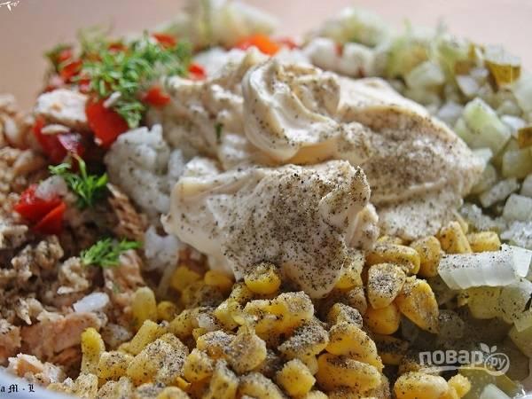 Смешиваем все компоненты салата с майонезом, добавим соль и перец по вкусу.