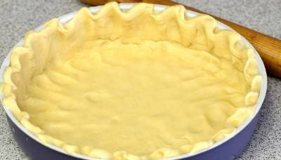 3. Выравниваем и распределяем равномерно тесто по форме для запекания. Теперь нужно поставить форму в духовку и запекать около 10 минут.