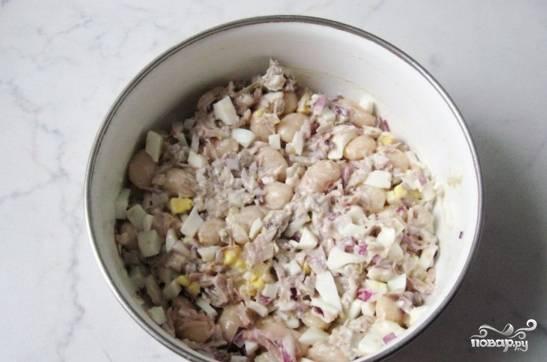 Заправьте салат майонезом, посолите и поперчите его. Перемешайте все ингредиенты.