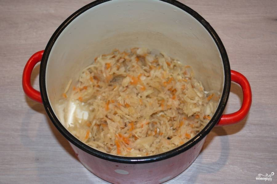 4.  Квашеную капусту поместите в кастрюлю. Хорошо промойте её. Отожмите воду — и снова верните капусту в кастрюлю. Добавьте промытое пшено без воды. Залейте все водой, поставьте вариться. Время варки — 15-20 минут.