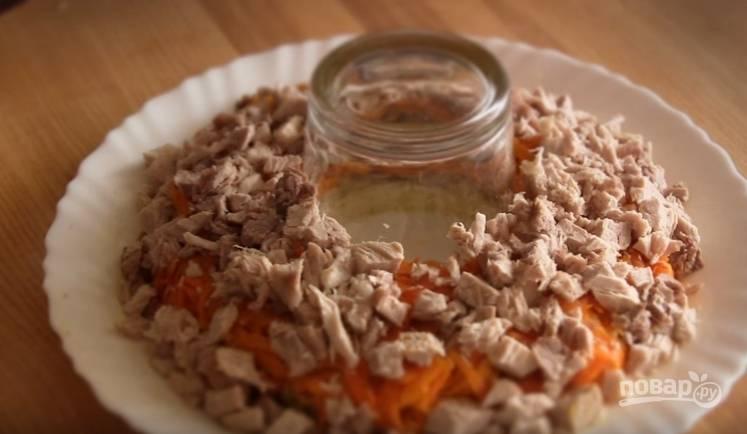 6. Собирать салат необходимо на плоском блюде. В центре поставьте стакан. Чередуйте такие слои: картофель, грибы, морковь, мясо, затем смажьте майонезом. Затем выложите тертые яйца и покройте тертым сыром.