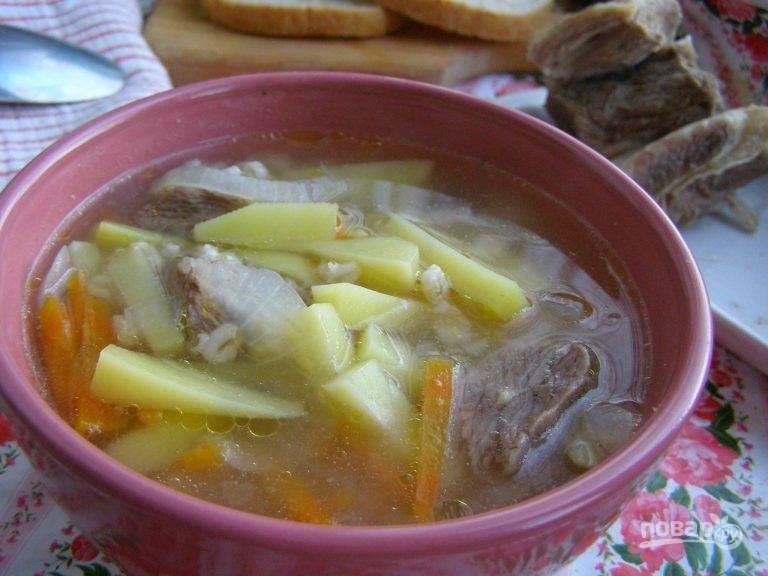 7. Подается суп из  перловки с мясом в горячем виде. Приятного аппетита!