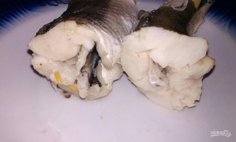 2. Когда рыба сварилась (примерно 25 минут после закипания), я достаю ее обычно на отдельную тарелку и продолжаю на готовом бульоне варить суп.