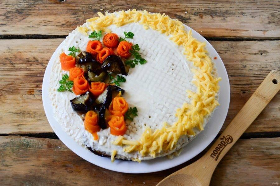 Сверху торт украсьте по желанию. Я смазала майонезом, цветочки сделала из вареной моркови и оставшихся кружочков баклажанов. А по кругу выложила натертый твердый сыр. Вы же можете украсить торт иначе, как вам больше нравится.
