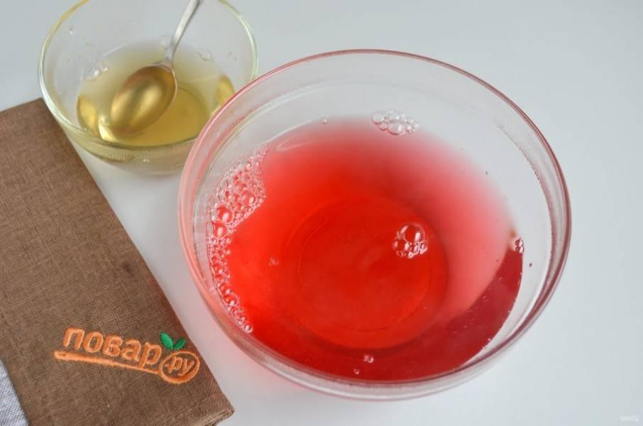 2. Малиновое желе залейте кипятком, растворите. Чистый желатин также залейте кипятком, перемешайте. Влейте его в сливки, добавьте сахар, перемешайте.  Это будут две основы желе.