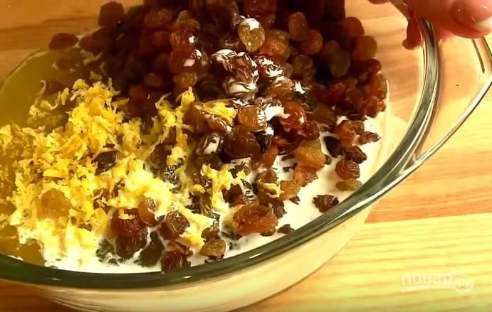 3. Натрите цедру с половины лимона и добавьте ее в миску с начинкой. Туда же влейте сливки. Варите на среднем огне 10 минут, постоянно помешивая.