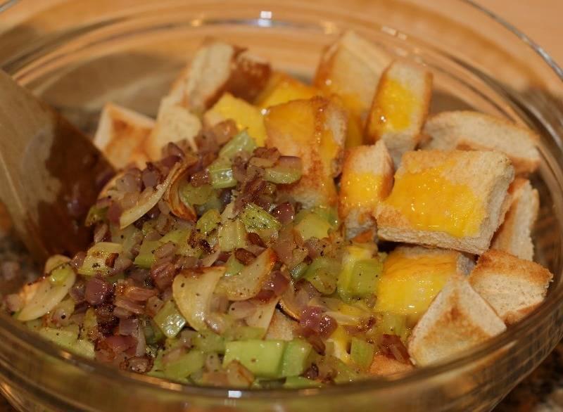 Выкладываем обжаренные овощи в миску, добавляем хлебные сухарики, взбитое яйцо, примерно 2 столовые ложки воды, специи и соль по вкусу, перемешиваем все.