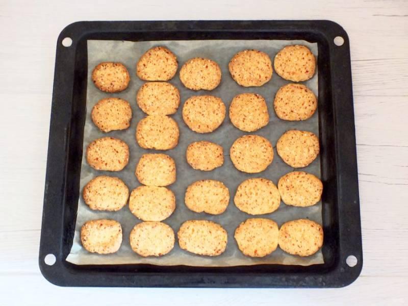 Готовое печенье достаньте из духовки. Оно имеет красивый золотистый цвет.