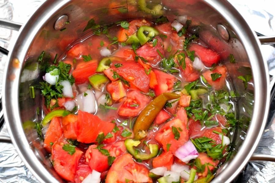Помидоры, репчатый лук и перец Халапиньо порежьте на небольшие кусочки. Сложите в кастрюлю, туда же целиком выложите консервированные перчики чили. залейте водой и доведите до кипения.