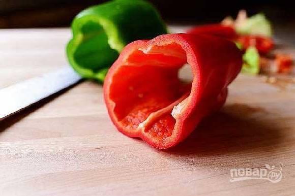 1.Болгарский перец использую разных цветов, мою и очищаю от семечек и плодоножки.