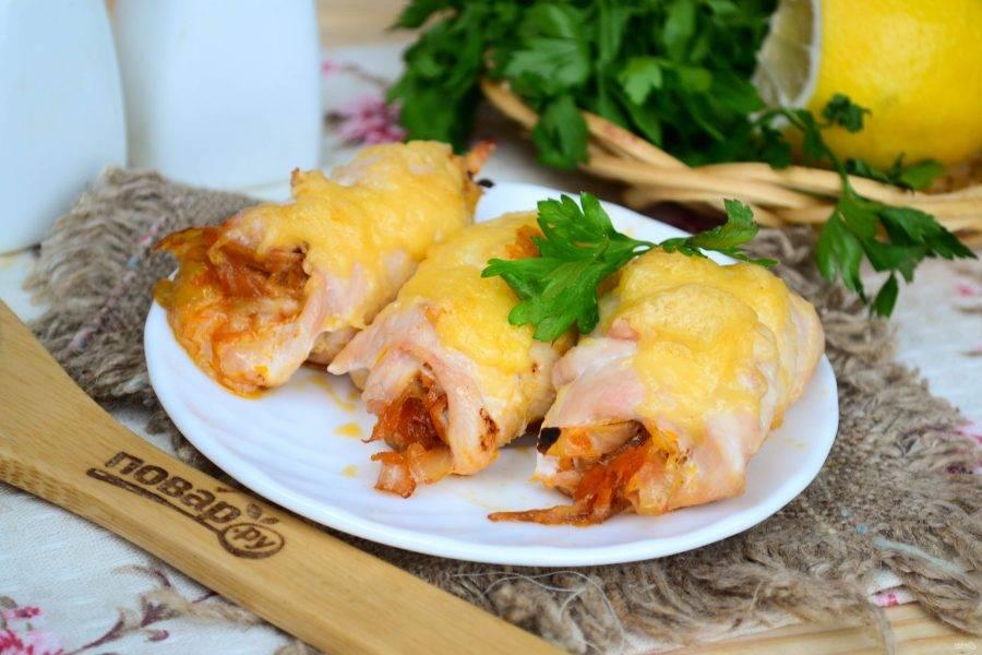 Куриные рулетики с капустой готовы. Их можно подавать в  качестве основного блюда вместе с любым гарниром, а можно предложить в качестве горячей (или даже холодной) закуски. Кушайте с удовольствием!