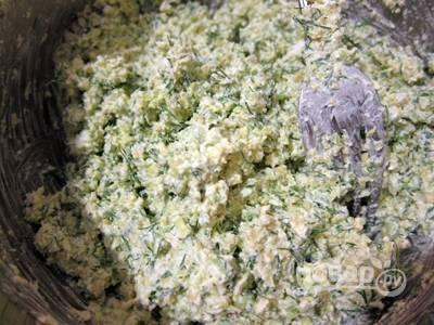 Перемешайте измельчённые ингредиенты с солью, сметаной и творогом.