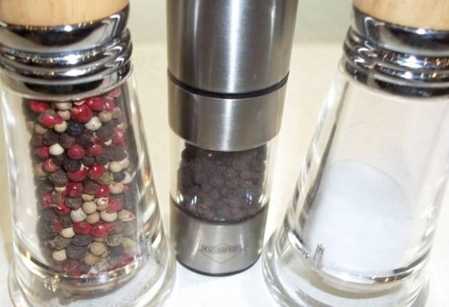 3. В кляр я обычно добавляю смеси измельченных перцев. Также можно добавить приправы для овощей.