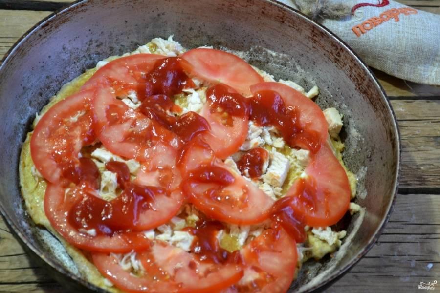 Разложите помидор. Я также люблю добавить немного томатной пасты, получается сочнее. Присыпьте орегано.