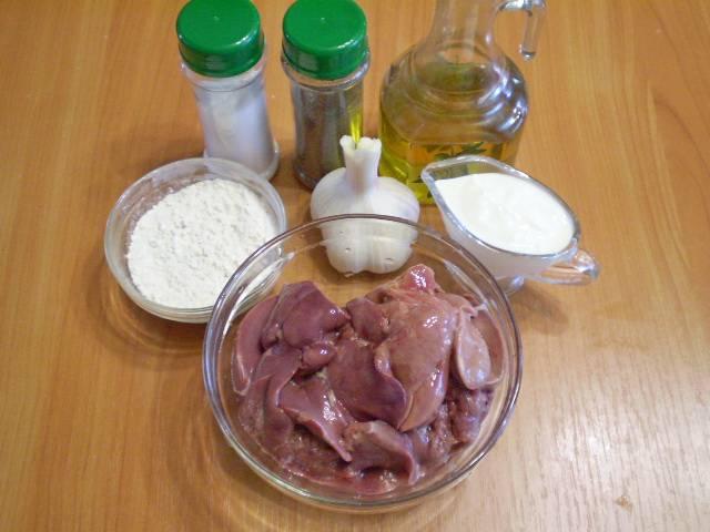 1. Приготовим продукты. Печень тщательно вымыть и порезать на кусочки. Если готовите свиную или говяжью печень, удалите пленки.