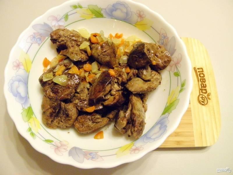 Соедините печень с овощами, посолите, поперчите и добавьте пару щепоток мускатного ореха. Перекрутите через мясорубку два-три раза печень с овощами, пока паштет не станет однородным.