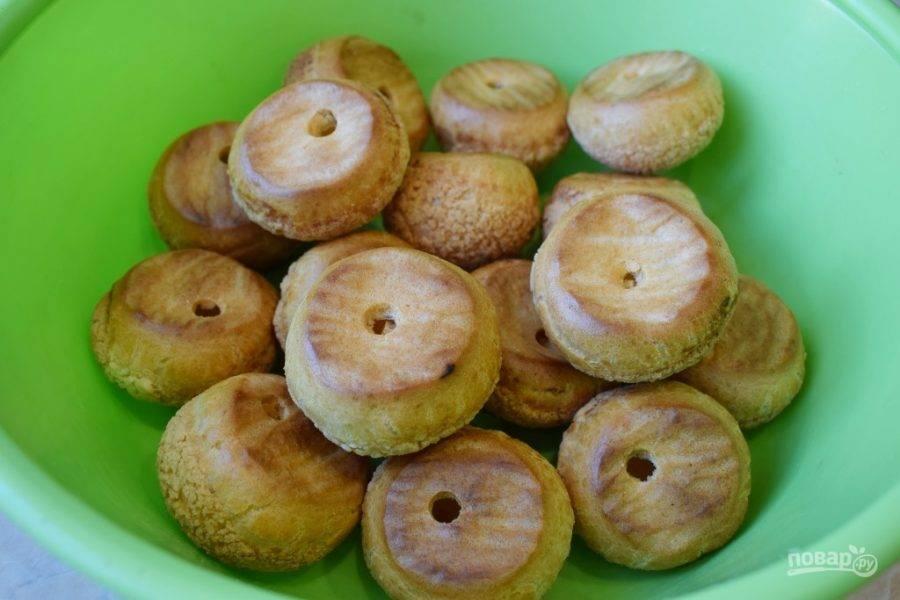 Снизу у пирожных сделайте небольшие отверстия и наполните их кремом.