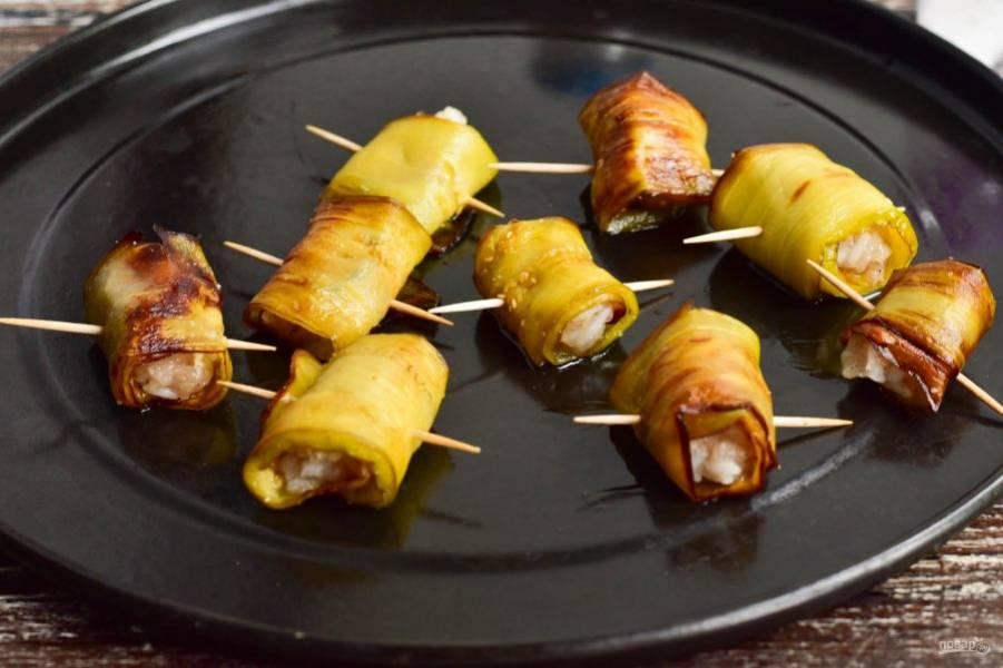 Переложите трубочки на противень. Отправьте его в разогретую до 190 градусов духовку на 15 минут.