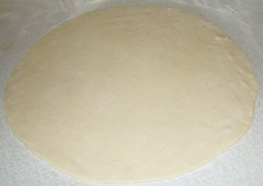 3. Рецепт приготовления плачинды с тыквой хорош тем, что все делается очень быстро. По одному выкладывайте шарики на рабочую поверхность, присыпанную мукой, и раскатывайте.