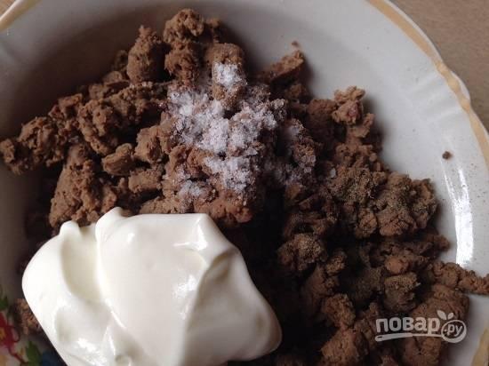 Добавим к печени йогурт или сметану, соль и перец по вкусу. Перемешаем.
