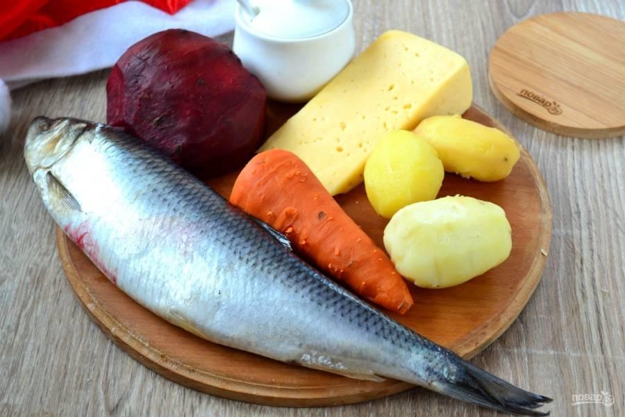 Подготовьте все необходимые ингредиенты. Овощи отварите до готовности в кожуре, а затем охладите их и очистите.