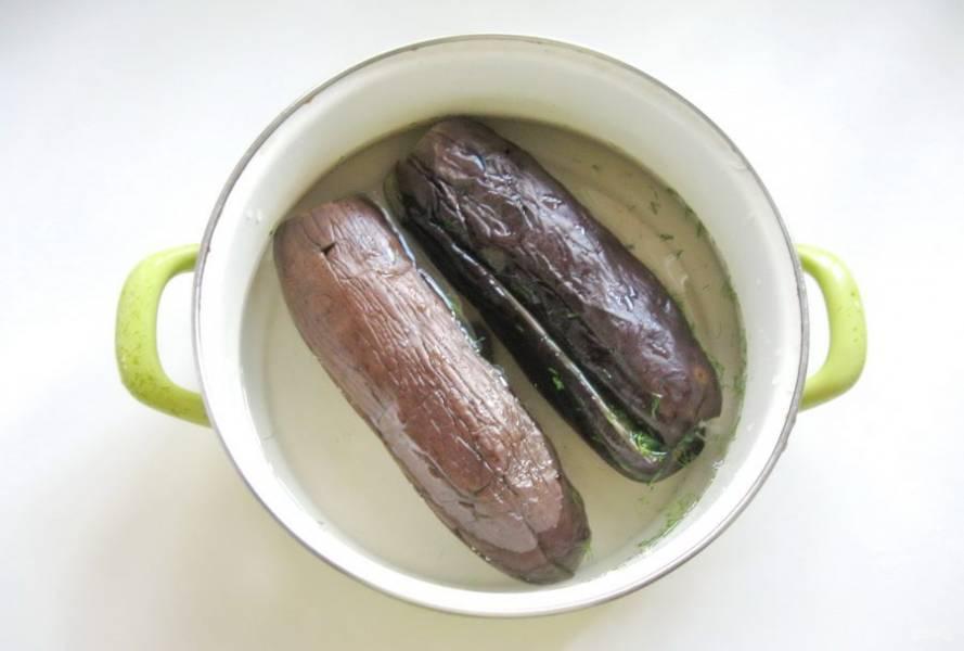 Выложите в этот рассол баклажаны, начиненные укропом и чесноком. Накройте кастрюлю крышкой и сутки держите при комнатной температуре. Затем поставьте в холодильник. Еще через сутки баклажаны будут готовы.