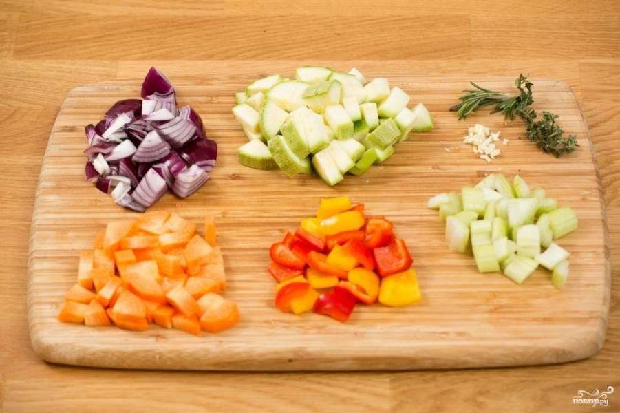 Все овощи порежьте кубиками на 1,5-2 см. Можете еще добавить рубленый чеснок. И травы тоже добавьте в овощи.  Смажьте овощи растительным маслом.