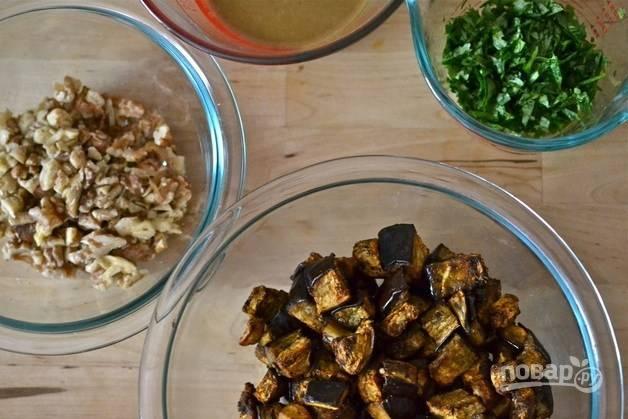 5.Вымойте зеленый лук и кинзу, затем нарежьте все острым ножом. В отдельной миске смешайте оливковое масло, сок половинки лимона и мед, а также соль.
