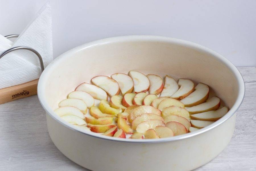 Форму для запекания смажьте растительным маслом. По большому кругу выложите дольки яблок, а по центру - нектарины. Посыпьте фрукты сахаром для образования вкусной корочки.