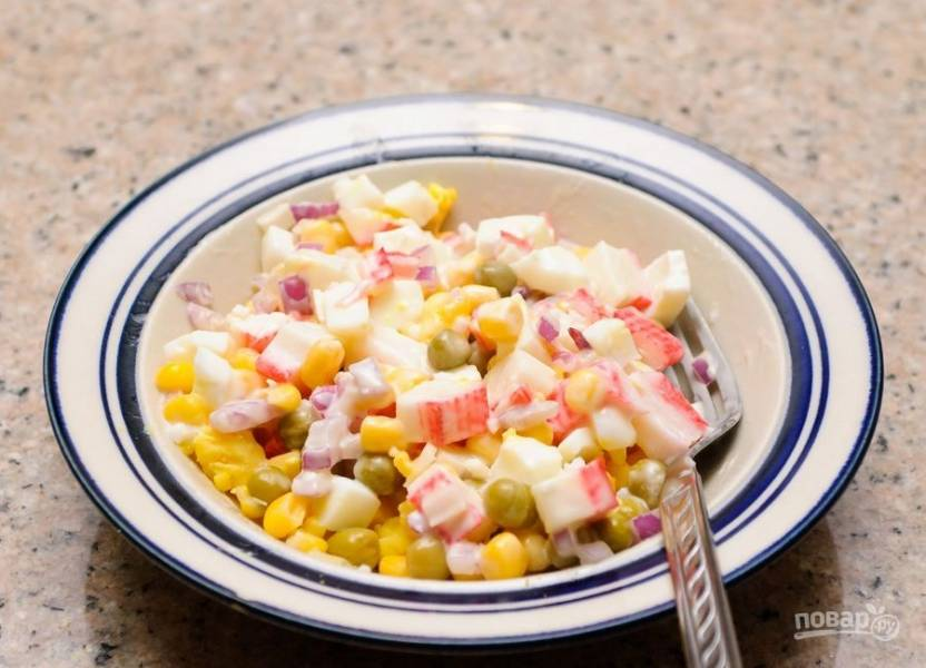 Добавьте в салат перец, соль и горох. Перемешайте. Приятного аппетита!