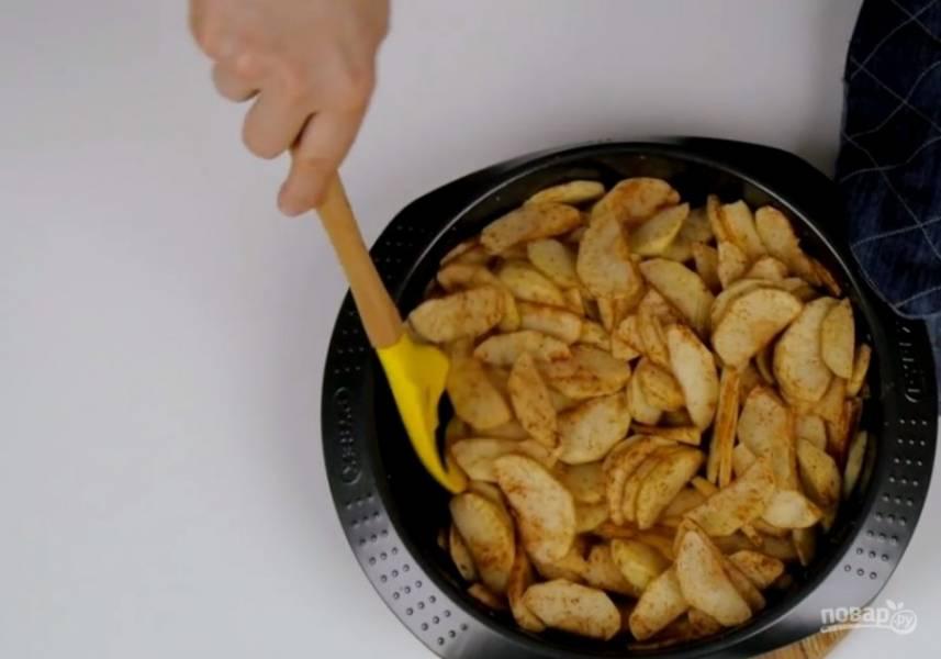 1. Яблоки очистите от кожуры и нарежьте некрупными дольками, соедините с сахаром и корицей и отправьте в разогретую до 180 градусов духовку на 30 минут. Через 15 минут после начала запекания перемешайте яблоки.