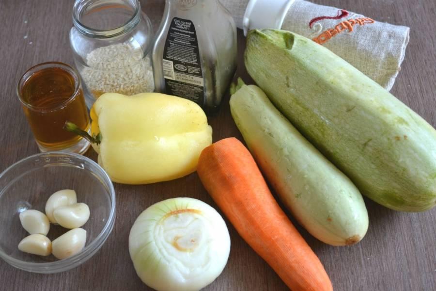 Подготовьте все необходимые ингредиенты. Кабачок хорошенько промойте. Сладкий перец очистите от семян и плодоножки, промойте под проточной водой. Морковь и лук очистите.
